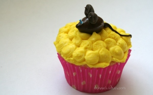 denna's ideas: chocolate covered almonds as cupcake toppers, chocolate mouse cupcake